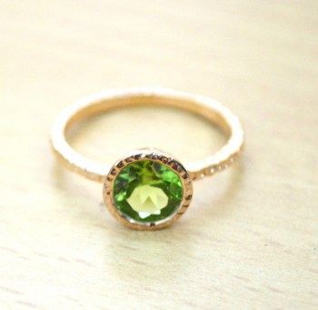 Vergulde ring met ronde Peridot in gehamerde setting 18 mm